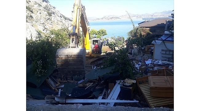 Marmaris'te imara aykırı yapıların yıkımı sürüyor