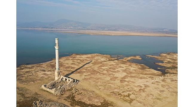Baraj suları altında kalan köyün kalıntıları ortaya çıktı