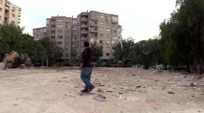 Depremde yıkılan binanın apartman görevlisi, enkaz bölgesinden ayrılmıyor