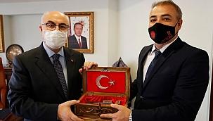 ANDA Kardeşe Vefa Derneğinden İzmir Valisi Köşger'e anlamlı hediye