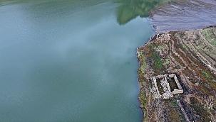 Baraj suyu çekilince eski mahallenin kalıntıları ortaya çıktı