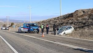 Devrilen otomobildeki yaşlı kadın hayatını kaybetti, oğlu yaralandı