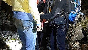 Fethiye'de kayalıklarda mahsur kalan turist kurtarıldı