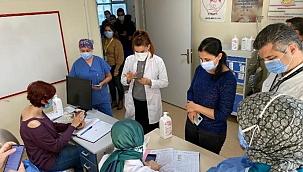 İzmir'de koronavirüs aşısı sağlık çalışanlarına uygulanmaya başladı