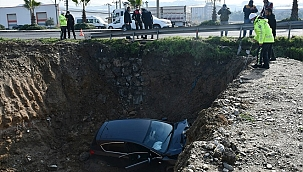 Manisa'da çukura düşen otomobilin sürücüsü yaralandı