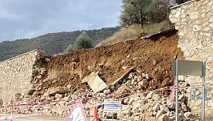 Mezarlığın istinat duvarı yağışlar nedeniyle çöktü