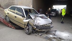 Otomobil alt geçit duvarına çarptı: 1 ölü, 1 ağır yaralı