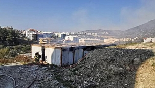 Kuşadası'nda, inşaat alanındaki konteynerlerde yangın