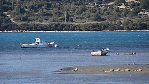 Çeşme'de deniz çekildi, tekneler karaya oturdu