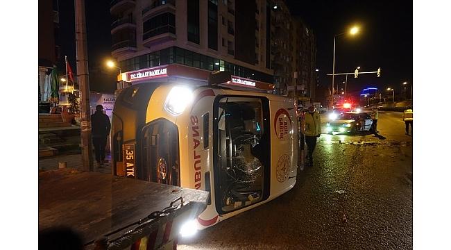 İzmir'de otomobille çarpışan ambulans devrildi: 1 yaralı