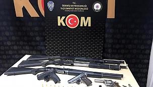 İzmir polisi, silah tacirlerini yakaladı