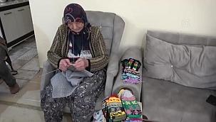 93 yaşındaki kadın, Erdoğan için ördüğü çorapları AK Parti yöneticilerine verdi