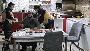 Gözü dönmüş adam, eski karısını iftar masasında göğsünden bıçakladı