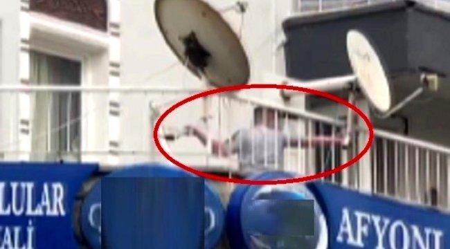 İzmir'de alkollü bir kişi, balkondan esnafa balta fırlattı