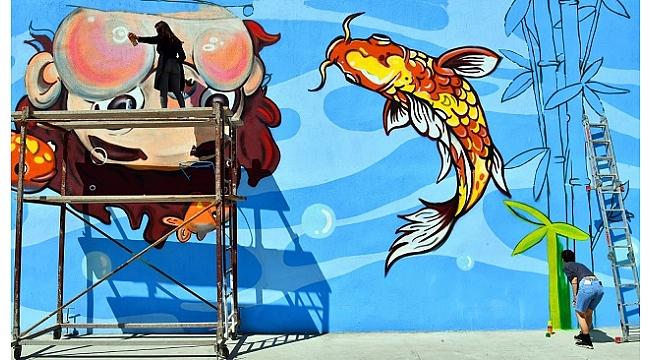 Okul duvarlarına denizi taşıyorlar