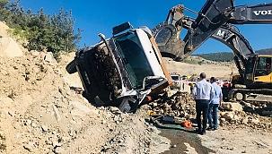 Devrilen kamyonun altında kalan sürücü hayatını kaybetti