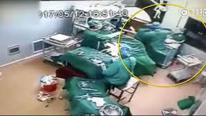 Çin'de doktor ve hemşire ameliyat sırasında birbirine girdi